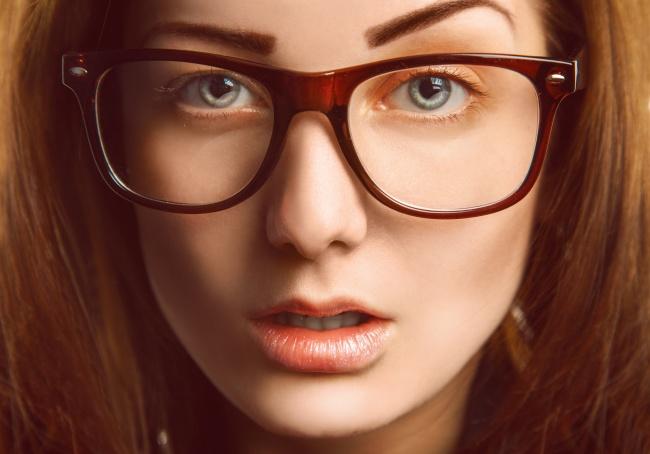 Gözlüklü Kadınlar