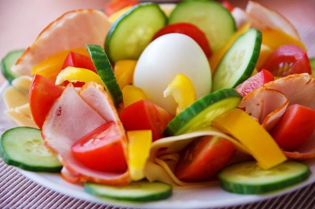 sebzeler ve haşlanmış yumurta