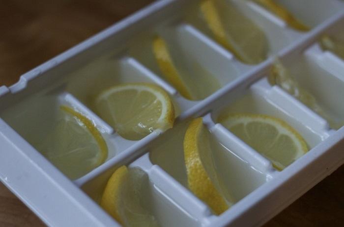 Buz küplerine limon dilimleri ekleyin