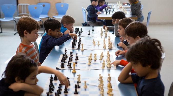 Satranç oynayan okul öncesi çağdaki çocuklar