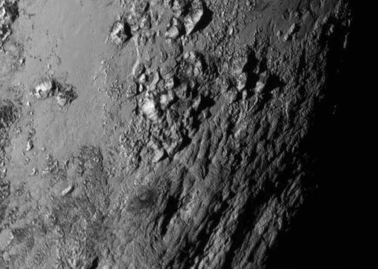 Cüce Gezegen Plüton'daki Dağlar